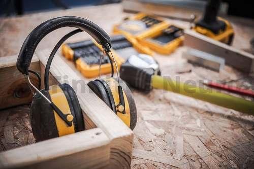 Защита от шума необходима и на работе