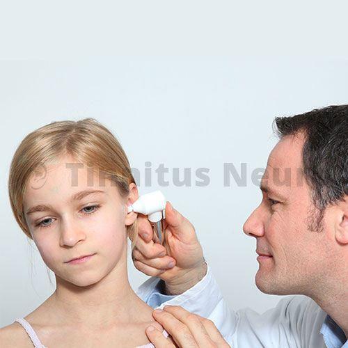 Обнаружить болезнь уха можно при врачебном осмотре ребенка