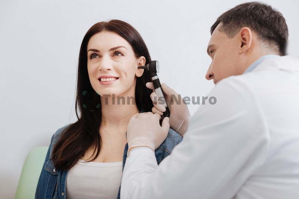 Осмотр врача позволяет найти причину шума в голове, затем можно начинать лечение