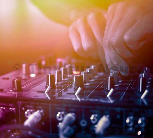 Тиннитус появляется у молодых любителей громкой музыки на вечеринках и в ночных клубах