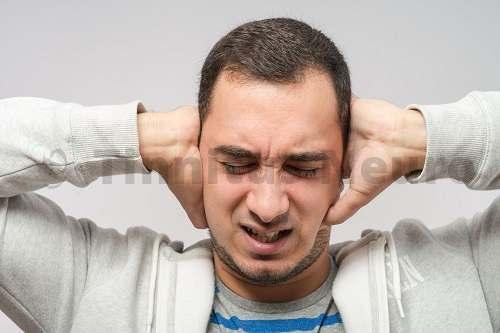 Шум в бывает в одном или обоих ушах