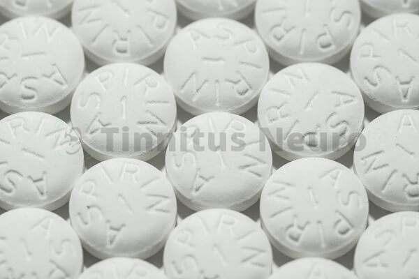 Шум в ушах связывают с большими дозами аспирина
