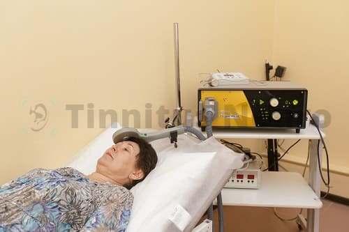 Процедура ТМС женщине с тиннитусом в клинике
